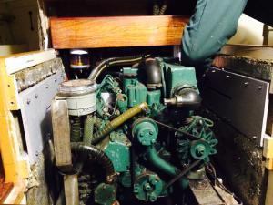 Deux tiroirs permettent de faire coulisser les planchettes (à droite et à gauche du moteur) : en gris sur la photo. Photo MS.